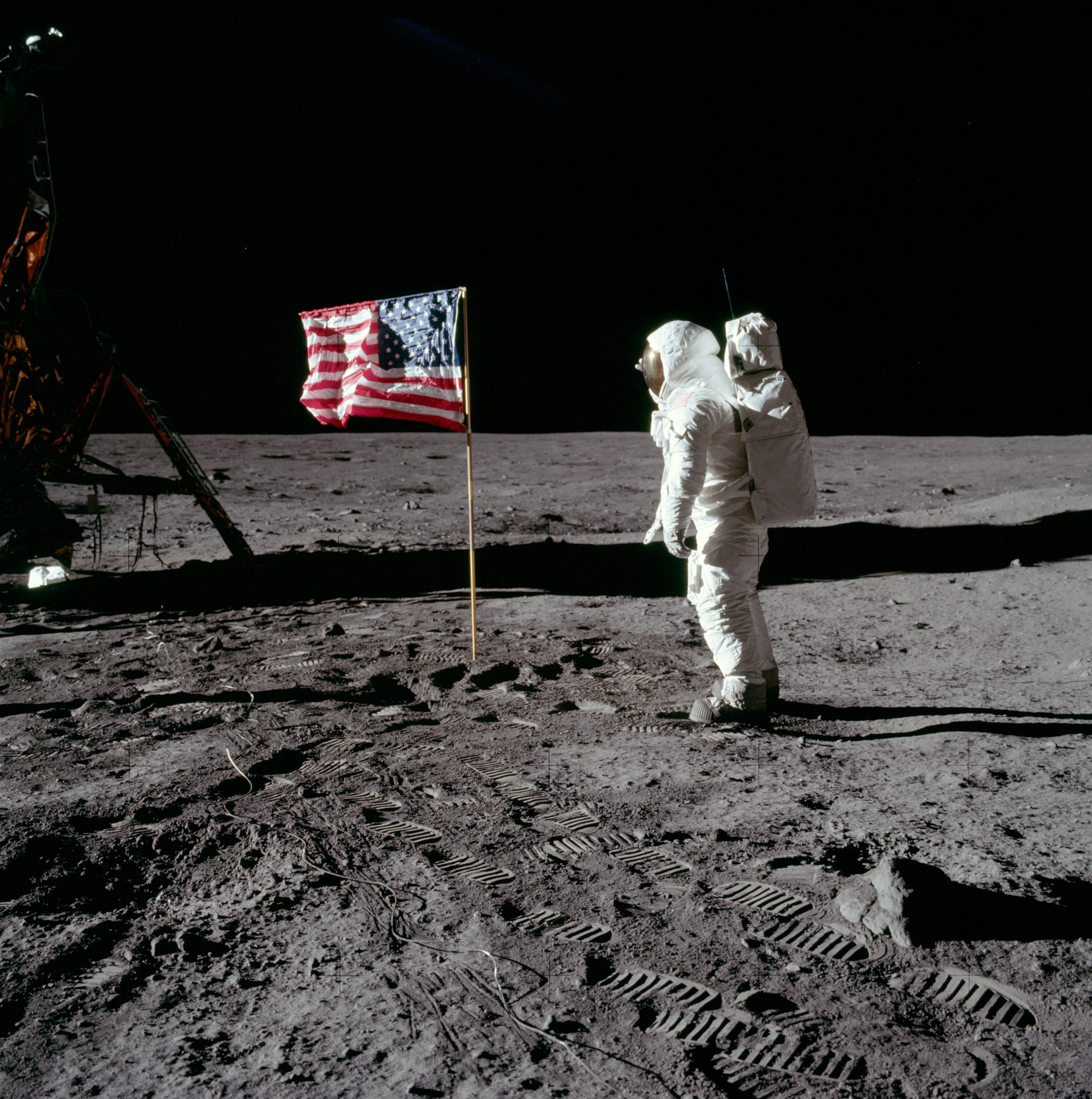 US-flag-on-the-moon